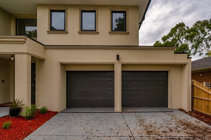 Panel lift-safe garage door, sectional garage door, Ultraline Monument®